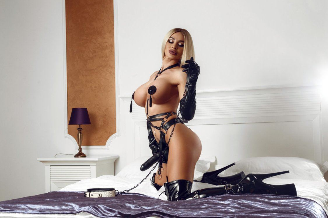 Blonde kinky babe met grote borsten en een strapon