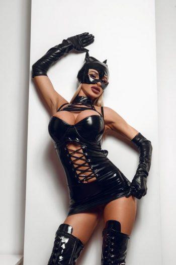 Kinkygirl in Antwerpen met grote borsten in fetish kleding en masker