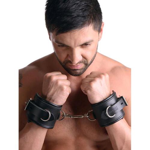 Man met leren handboeien in BDSM